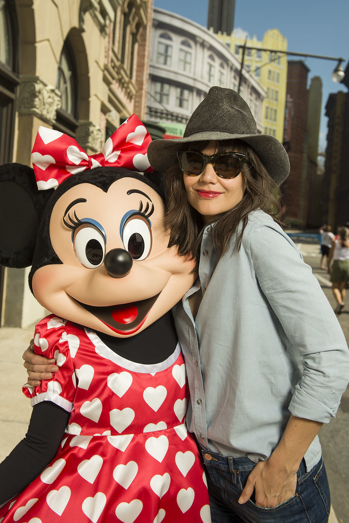 Minnie-Mouse-looked-super-psyched-see-Katie-Holmes-Walt-Disney