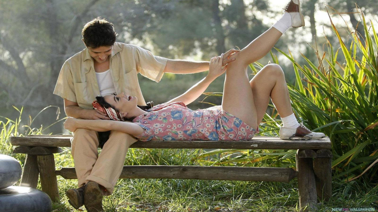 Romantic-Mood-Love-Couple-in-Park-HD-Wallpapers-in-HD