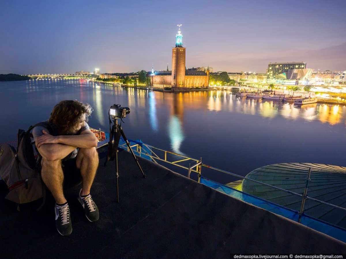 from-climbing-a-roof-across-the-water-they-captured-stockholms-city-hall-one-of-swedens-most-famous-buildings-it-houses-the-municipal-council-works-of-art-and-the-nobel-prize-banquet-every-year-