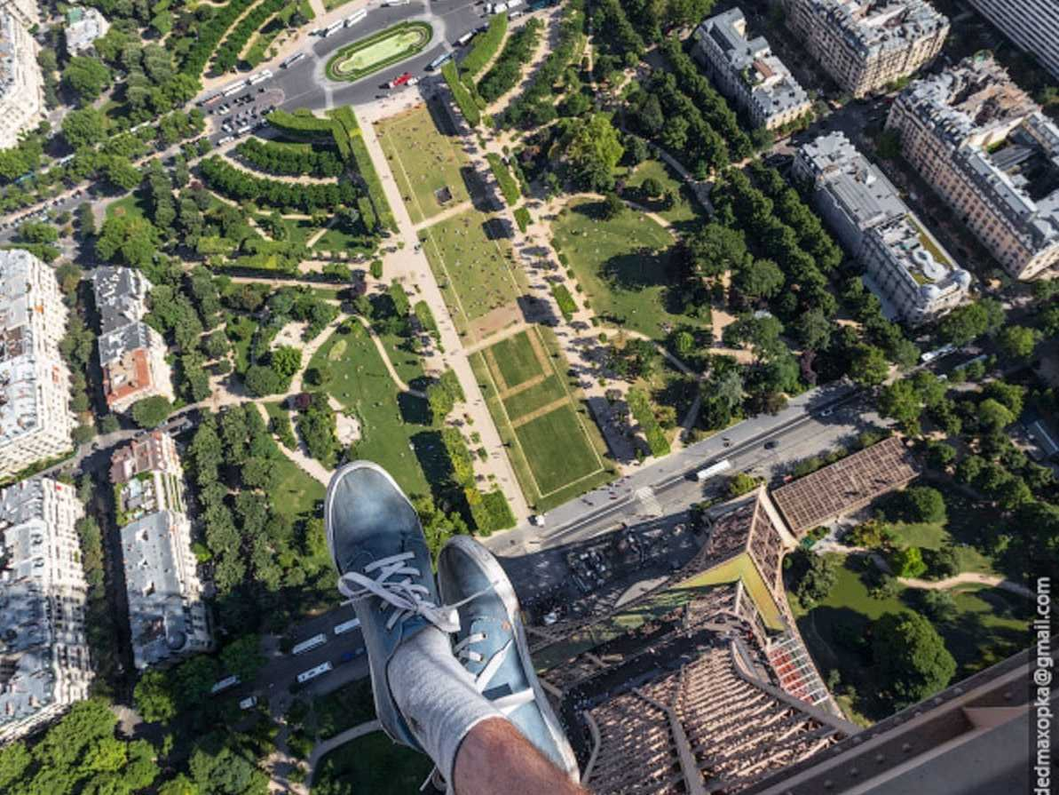 going-up-to-the-top-of-the-eiffel-tower-is-a-common-tourist-activity-but-the-daredevils-took-it-one-step-further-by-facing-dizzying-heights-to-dangle-off-of-the-legs-of-the-tower-and-snap-a- (1)