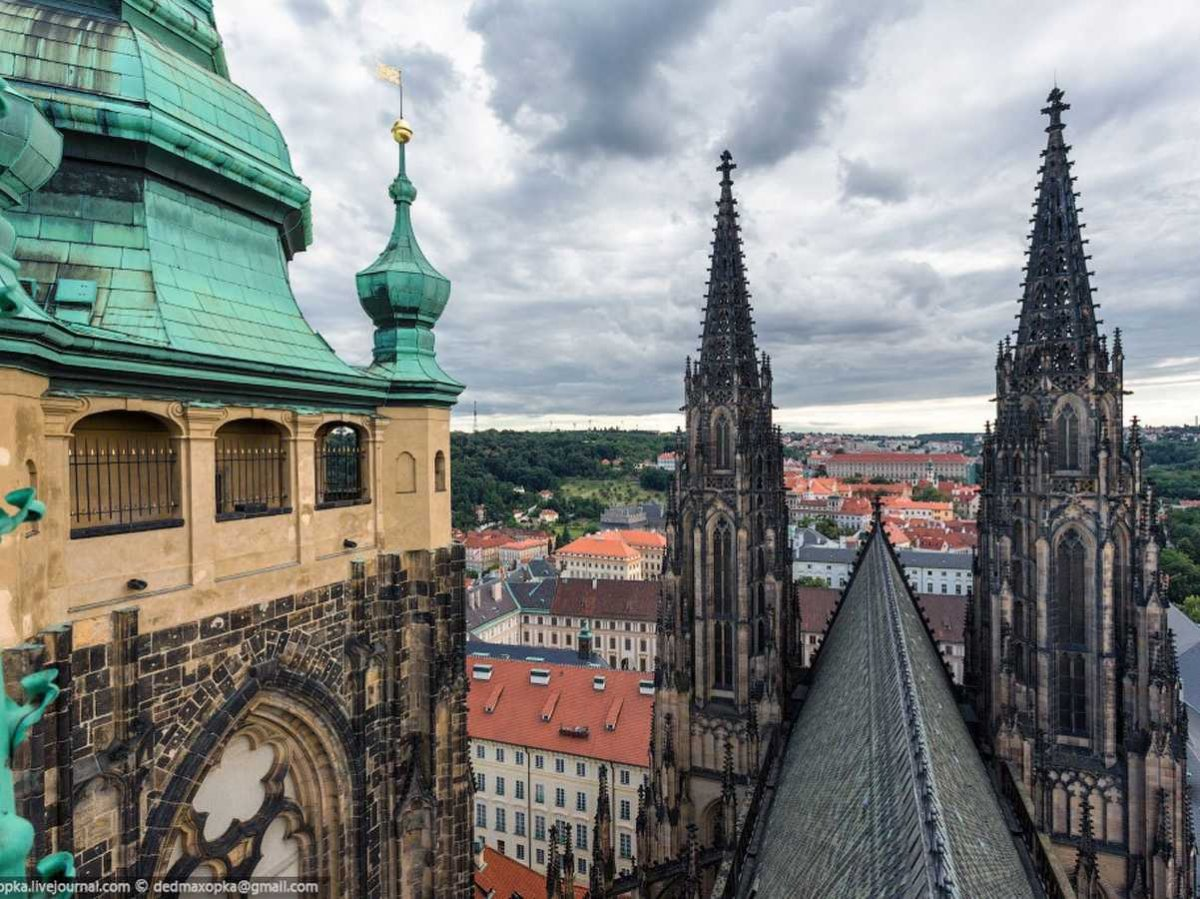 when-they-climbed-the-facade-of-the-st-vitus-cathedral-the-largest-temple-in-prague-czech-republic-where-religious-services-and-coronations-of-czech-kings-and-queens-took-place-they-were-caught-