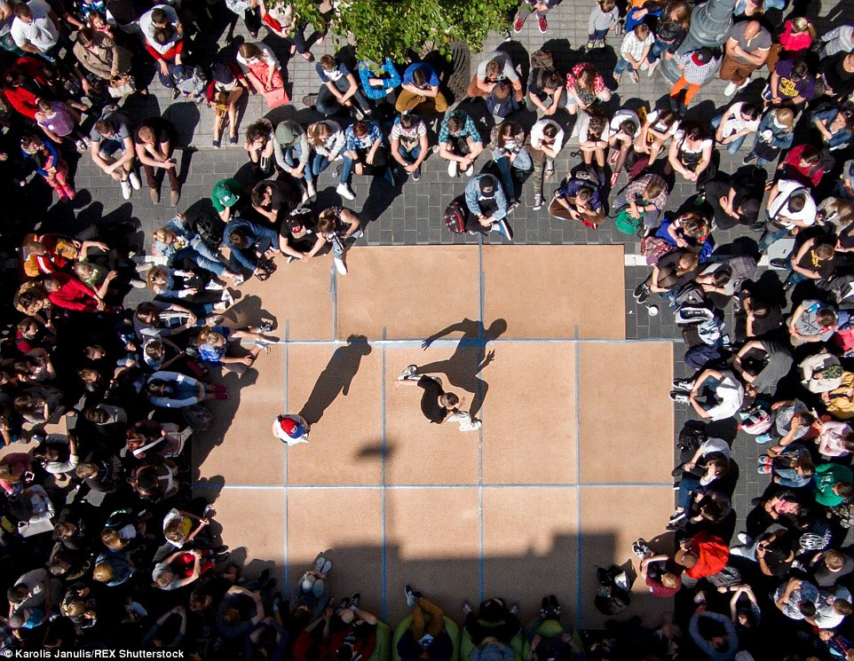 2ACC57DF00000578-3173355-Crowds_gathered_to_witness_a_breakdance_contest_between_two_comp-a-42_1437748383338