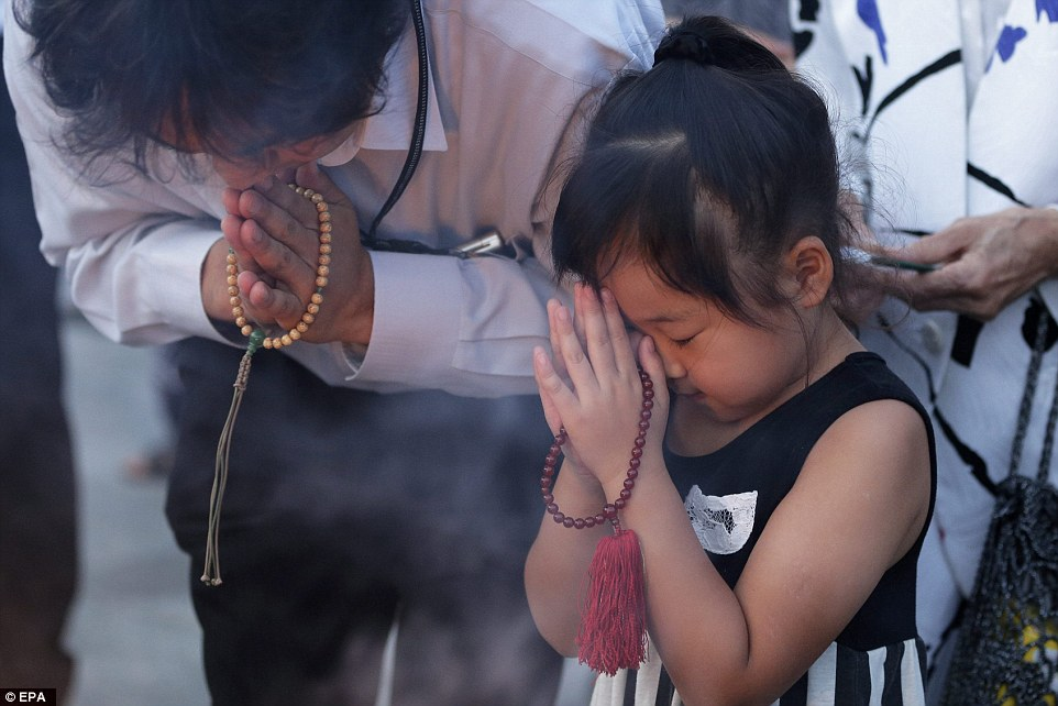 2B21B37700000578-3186815-Future_A_young_girl_offers_prayers_to_the_victims_of_the_Hiroshi-a-90_1438857513514
