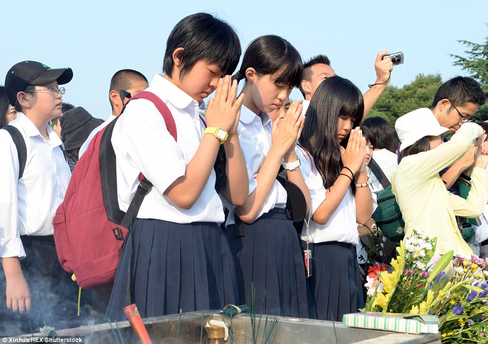 2B24037100000578-3186815-All_ages_Japanese_girls_on_their_way_to_school_take_a_moment_to_-a-92_1438857513516