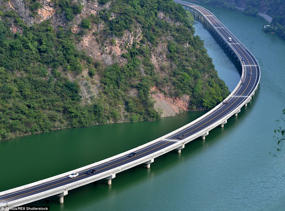 2B3C676600000578-3193862-A_stunning_new_route_opened_in_Hubei_province_central_China_on_A-a-6_1439449182116