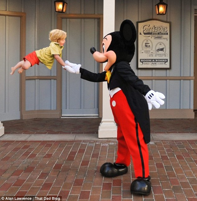 2D5FDAC300000578-3271148-Meeting_Mickey_The_child_shakes_hands_with_Mickey_Mouse_in_this_-m-68_1444768527051