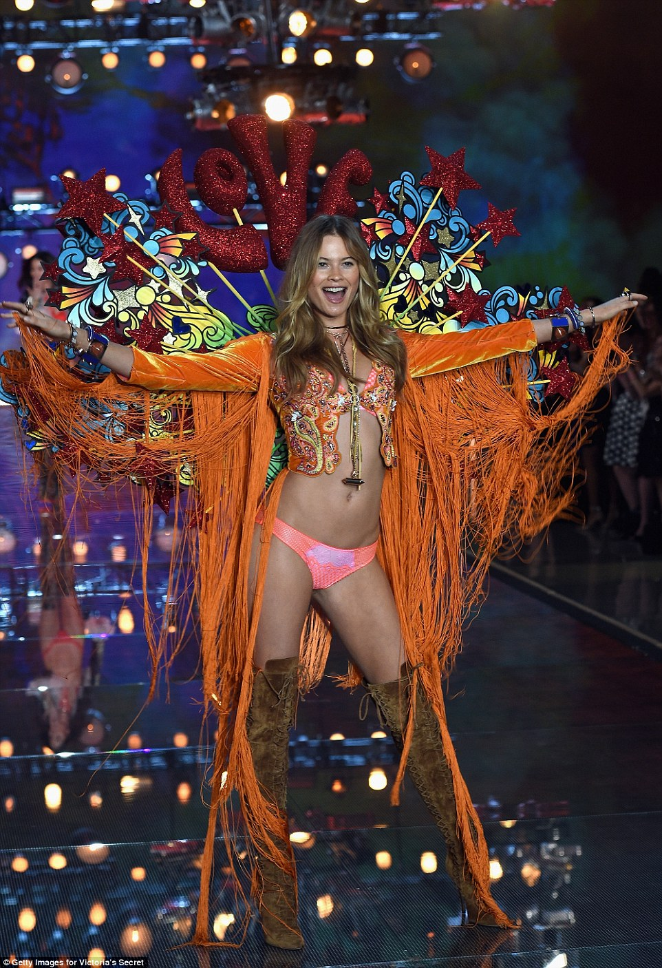 2E52ED8A00000578-3312676-Love_love_love_Behati_Prinsloo_rocked_a_Summer_Of_Love_vibe_in_h-a-30_1447246961362 (1)