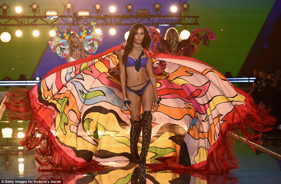 2E54775300000578-3312676-Seasoned_model_Joan_Smalls_was_back_on_the_Victoria_s_Secret_cat-a-43_1447251514644
