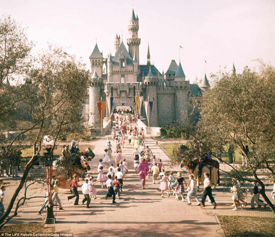 2E8EFD1600000578-3323790-The_opening_of_Disneyland_in_California_with_a_gigantic_castle_a-m-164_1447859728982