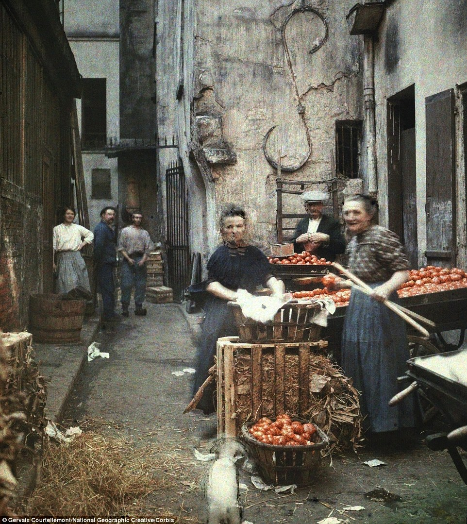2E91A3E300000578-3323997-A_blind_street_in_old_Paris_with_residents_preparing_produce_to_-a-32_1447864288668